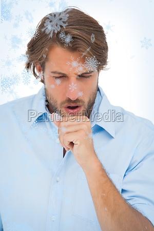 gebraeunte mann mit einem hustenanfall