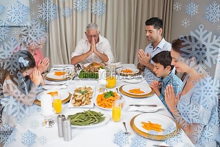 familie von sechs gebet vor dem
