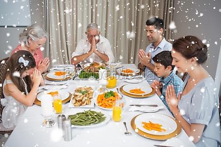 familie von sechs tischgebet vor dem