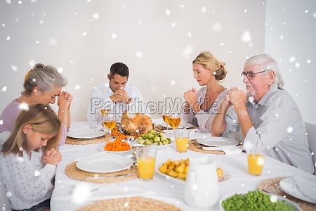 composite bild von familiengebet vor dem