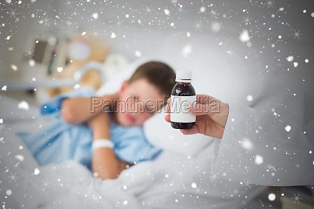 doctor holding hustensaft mit jungen im