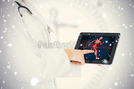 doktor zeigt ihr tablet mit koerperlauf