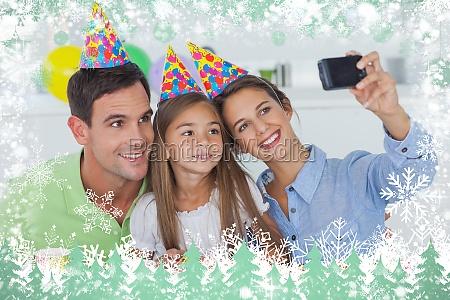 frau fotografiert ihre familie waehrend einer