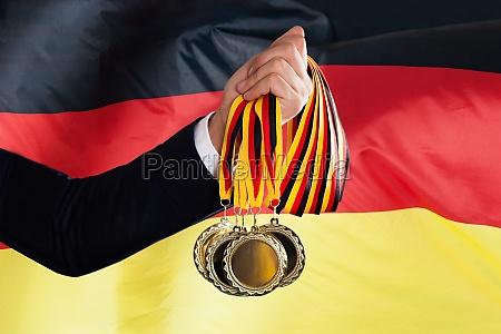 geschaeftsmann holding deutschen medaillen