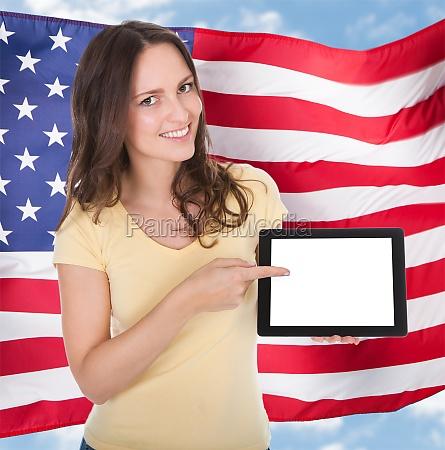 laechelnde frau die digitale tablet