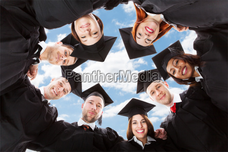 graduate studenten im kreis stehend in