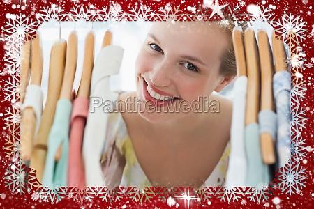 happy weibliche kunden unter kleiderstaender