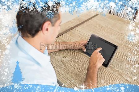 konzentrierte mann mit digitalen tisch in