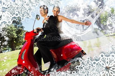 jungvermaehltenpaar das rollerfahrt geniesst