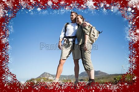 wanderpaar mit blick auf das bergland