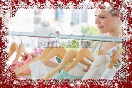 laechelnd weibliche kunden an kleiderstaender im