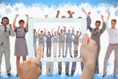 composite bild von hand haelt tablet