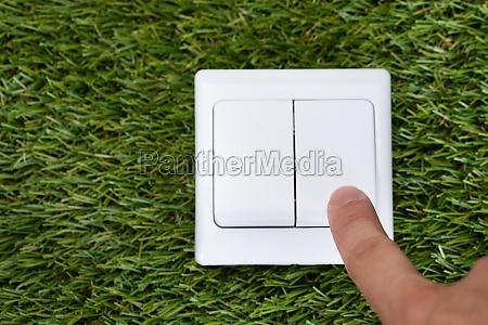 man finger zeigen auf switch on