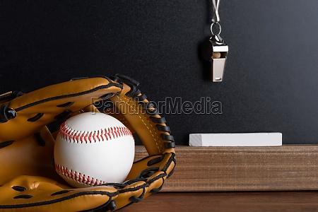 pfeifen kreide und baseballhandschuh mit ball