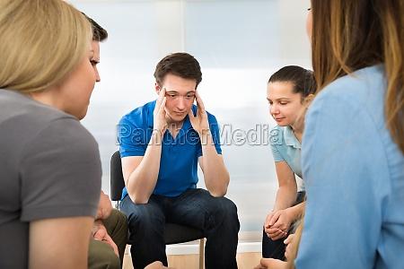 deprimierter mann mit seinen freunden