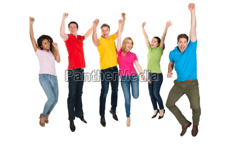 gruppe multiethnische diverse menschen springen