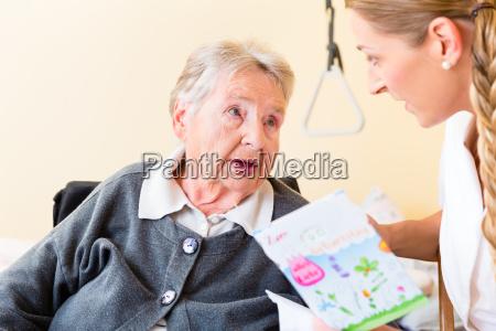 la enfermera da anciana en su