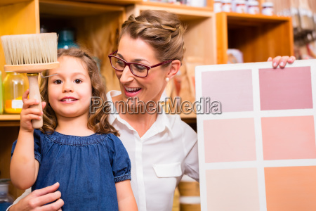 familie mit musterkarte fuer farben im