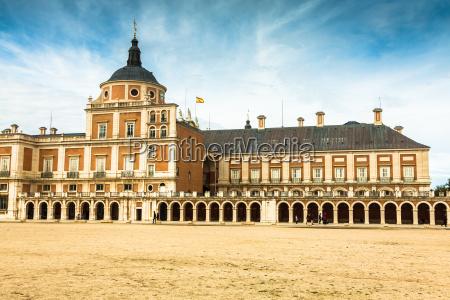 majestaetischer palast von aranjuez in madrid