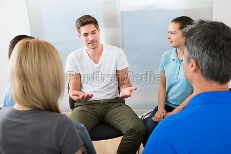 gruppe von menschen mit diskussion