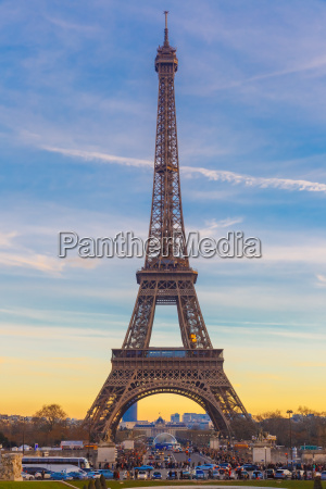 eiffelturm im winter suset in paris