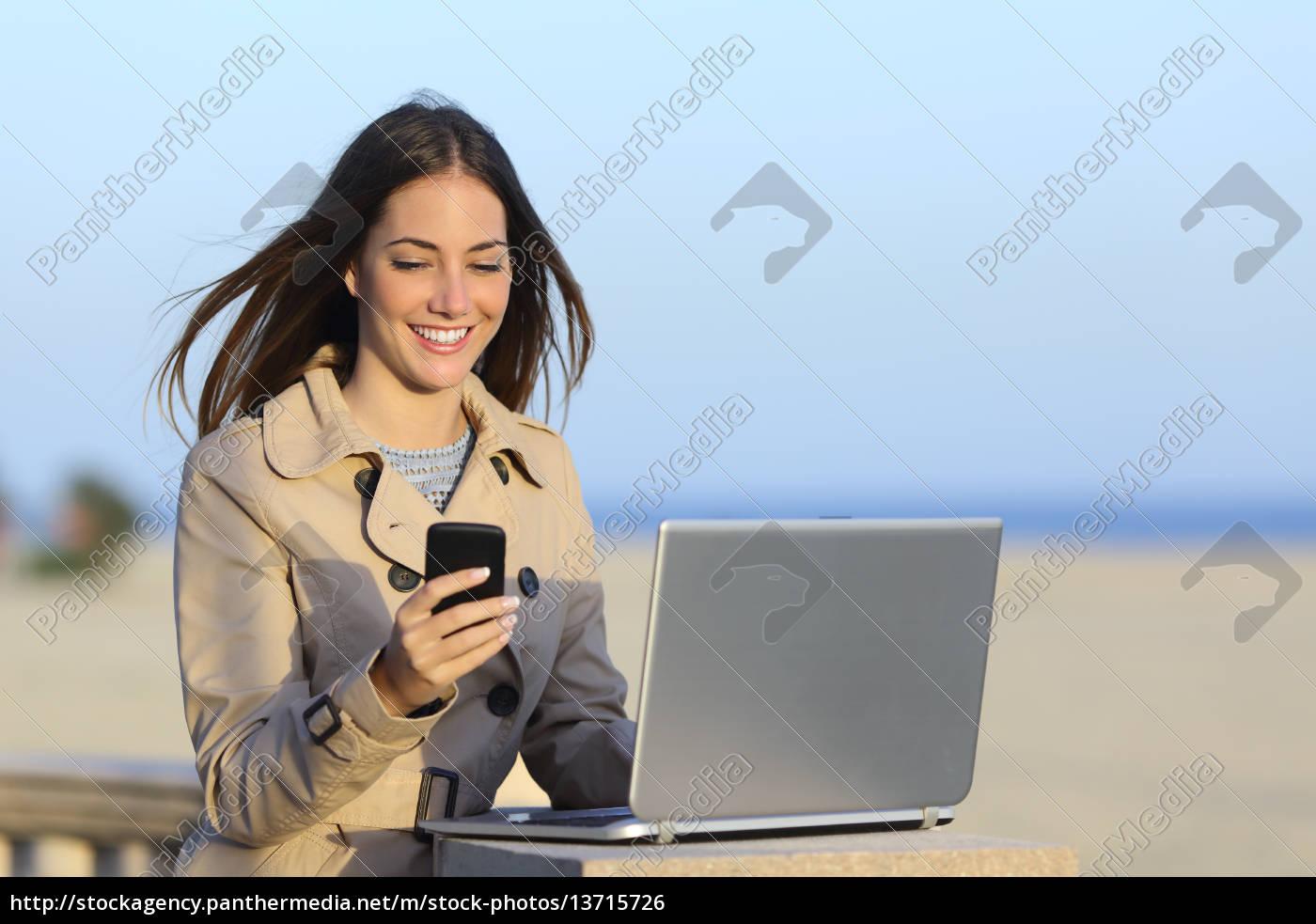 selbstständig, frau, die, draußen, am, telefon, arbeiten - 13715726