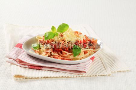 spaghetti mit hackfleisch und geriebenem kaese
