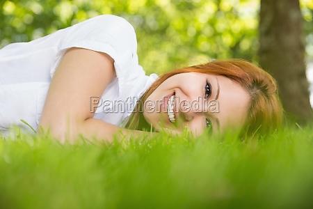 pretty redhead laechelnd in die kamera