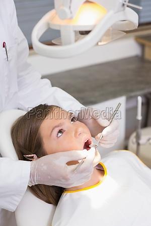 paediatrische zahnarzt die pruefung eines patienten