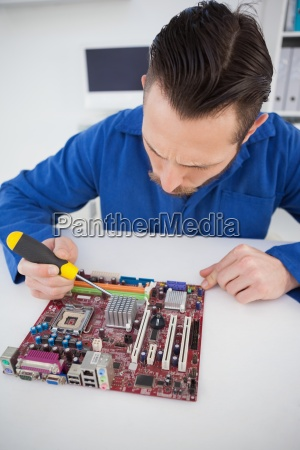 computertechniker der an cpu mit schraubenzieher