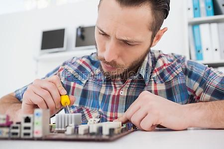 computer ingenieur arbeitet an cpu mit