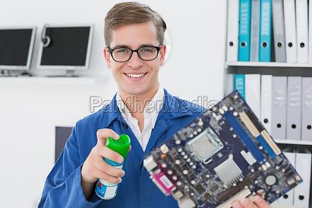 laechelnde techniker arbeiten an kaputten cpu