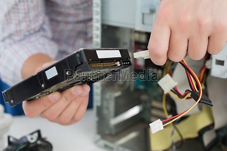 junge techniker arbeiten an defekten computer