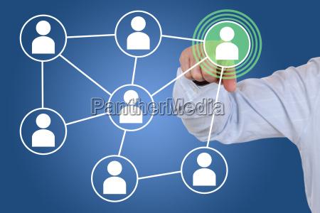 businessman beim druecken eines soziales netzwerk