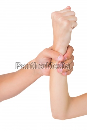 mans hand greift womans handgelenk