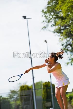 huebscher tennisspieler im begriff zu dienen