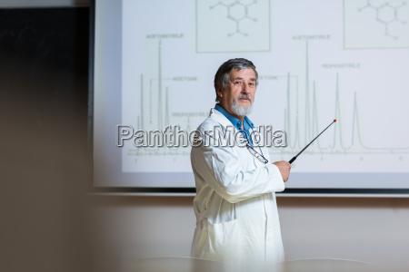 senior chemie professor einen vortrag vor