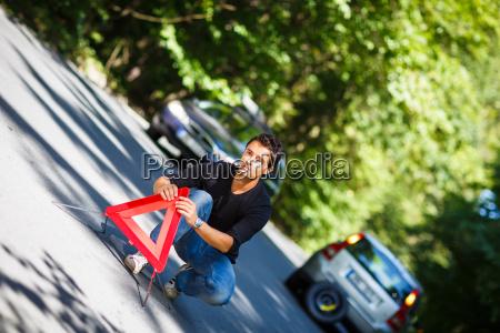 handsome junge mann mit seinem auto