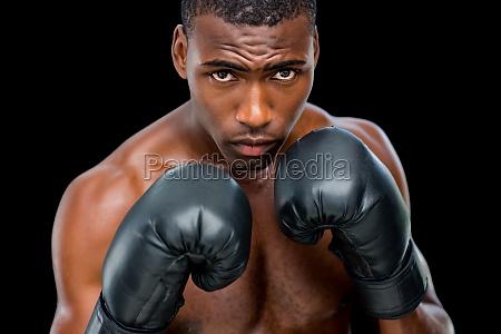 portraet des hemdlosen muskuloesen boxers in