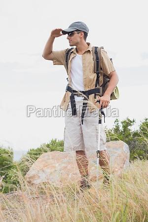 wandern mann zu fuss auf berglandschaft