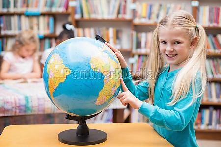 niedliche schueler mit blick auf globus