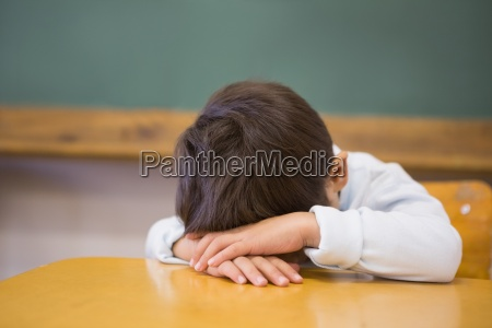 sleepy schueler am schreibtisch im klassenzimmer