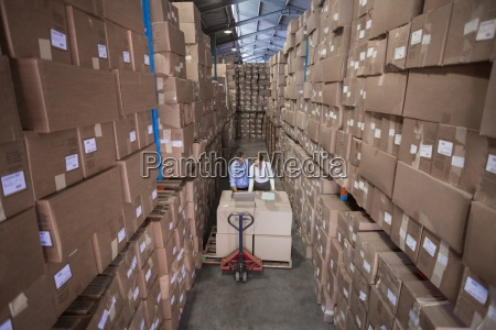 warehouse team arbeitet gemeinsam mit trolley