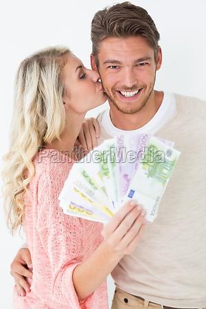 frau kuesst mann wie sie banknoten
