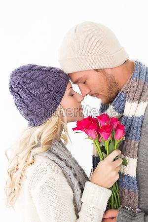 attraktive paar in warme kleidung haelt