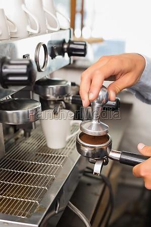 barista machen eine tasse kaffee
