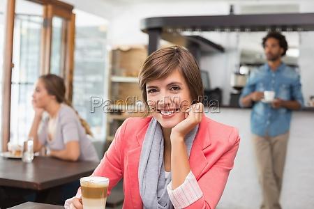 huebscher brunette ihre latte geniessen