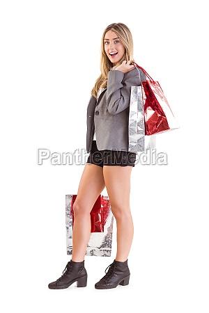 stilvolle blonde holding einkaufstaschen