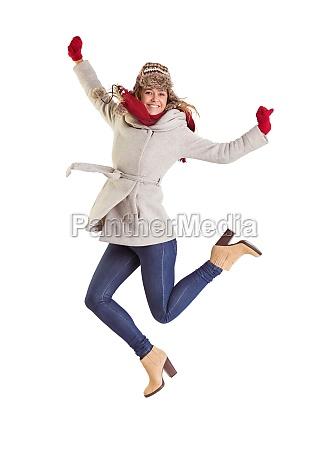 glueckliche blondine in winterkleidung posieren