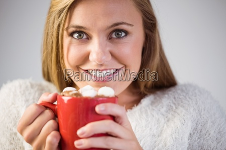 huebsche blondine die heisse schokolade auf